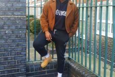 09 a sporty look with a black hoodie, black sport pants, yellow moccasins, a brown coat and a cap