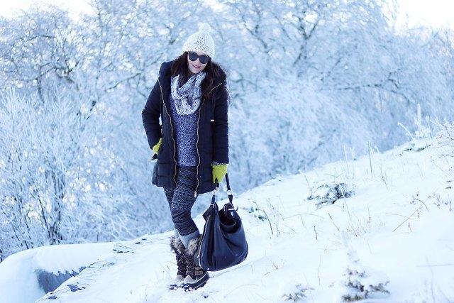 With hat, printed leggings, printed shirt, scarf, puffer jacket and black bag