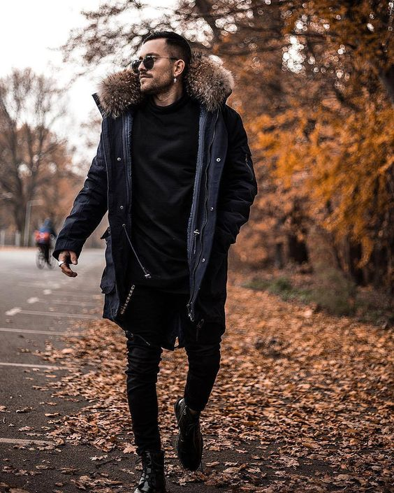 a very relaxed and casual look with black jeans, boots, a turtleneck and a puffer coat with fur