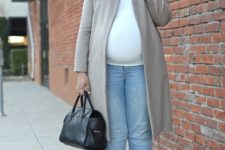 02 light blue cropped skinnies, a white tee, metallic shoes, a grey coat, a black bag
