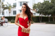 03 a jaw-dropping red dress with a deep neckline, a fittign silhouette, a ruffled skirt and a metallic clutch