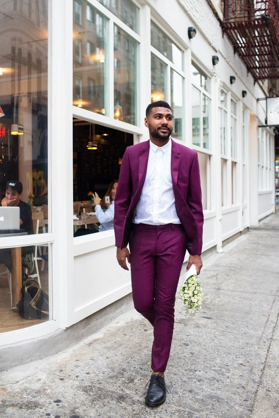 a playful look with a fuchsia suit, black shoes and a white shirt for those who love color