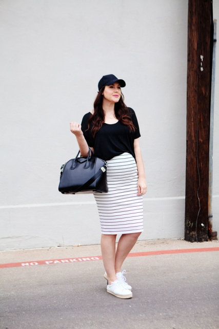 With black loose shirt, black bag and white sneakers