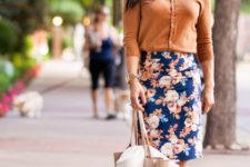 spring-summer outfit with a floral skirt and a tote bag