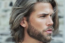 02 shoulder-length haircut with a touch of waves looks natural and very relaxed