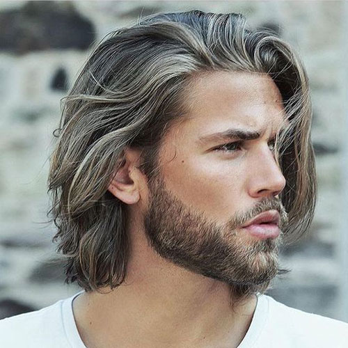 shoulder-length haircut with a touch of waves looks natural and very relaxed
