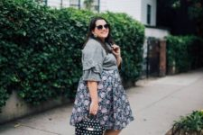 07 comfy look with a grey ruffle sleeve top, a floral A-line skirt, trainers and a polka dot bag