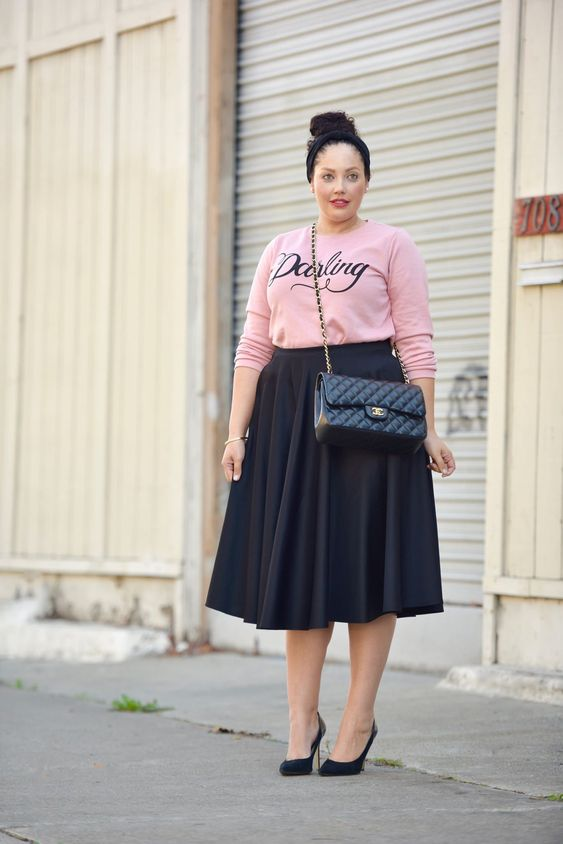 a casual look with a pink top, a black midi skirt, black heels and a crossbody