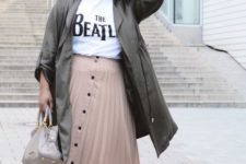 13 a nude button up midi skirt, a printed tee, a dark green trench and black sneakers