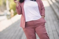 16 a dusty pink pantsuit with a white tee and silver sneakers is a cool look with a casual feel