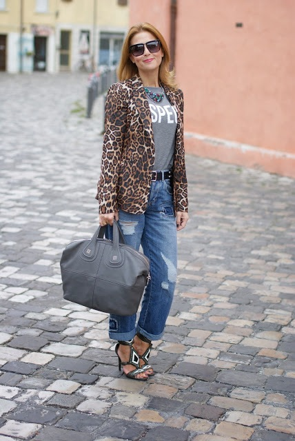 With labeled t-shirt, boyfriend jeans, sandals and gray bag