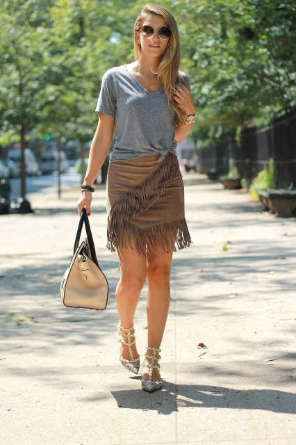 With gray t-shirt, beige bag and shoes