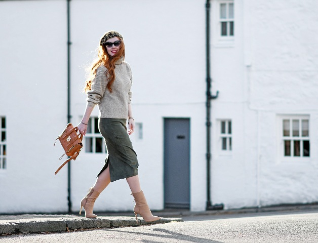 With leopard beret, gray sweater, brown bag and beige boots