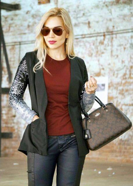 With marsala t-shirt, black pants and printed bag