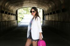 08 a graphic tee, grey denim shorts, a white blazer, neon pink heels and a matching backpack