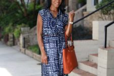 08 a long navy printed tunic, white skinnies, brown heels and a rust-colored bag