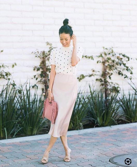 a blush midi skirt, a white and black polka dot turtleneck, nude shoes and a pink bag