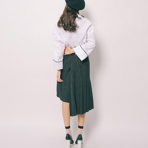 With beret, loose blouse and emerald shoes