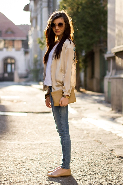 With white t-shirt, skinny jeans, beige clutch and beige flats