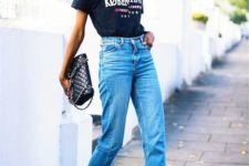 a black printed tee, blue mom jeans with a high waist, black block heels and a black bag