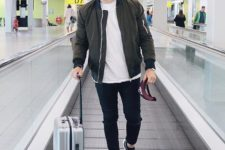 men's travel look with skinny jeans