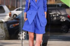 06 a bold blue oversized short suit, a brown bag and brown block heels for a catchy summer work look