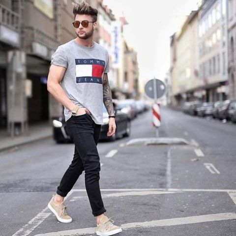 a grey tee, black jeans, beige sneakers for a comfy and relaxed summer outfit