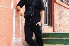 11 a total black look with pants, a shirt with a zipper, sandals and a crossbody for a more masculine look