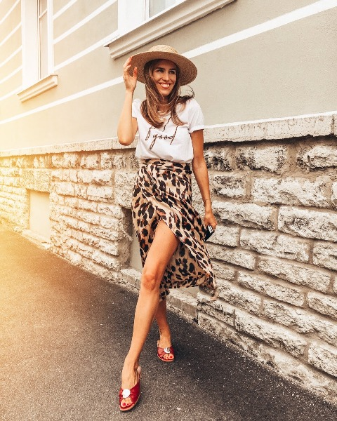 With wide brim hat, printed t-shirt and red mules