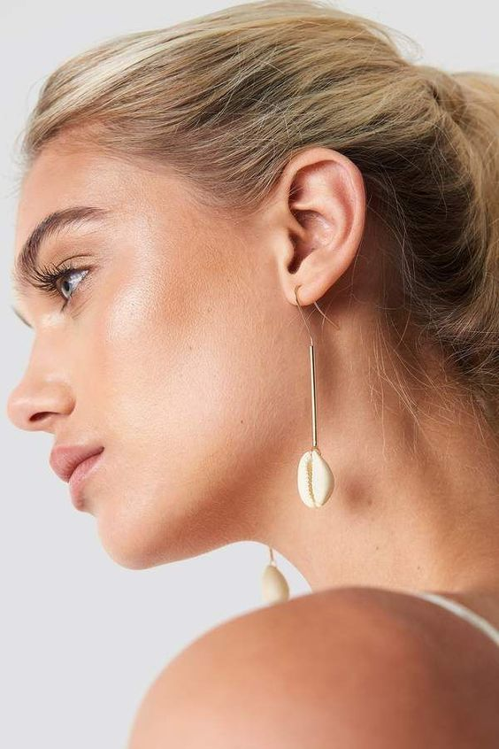 minimalist yet beachy earrings with seashells are ideal to finish off your summer look, even not a beach one