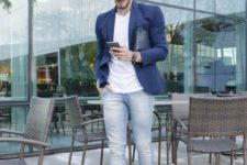 04 a summer work look with a white tee, blue jeans, a navy jacket, white sneakers and a bag