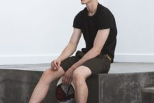 08 brown shorts, a black tee and black Converse sneakers for a casual summer look