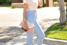 09 a date look with blue cropped high waisted jeans, a white cropped tee, white heels and a clutch