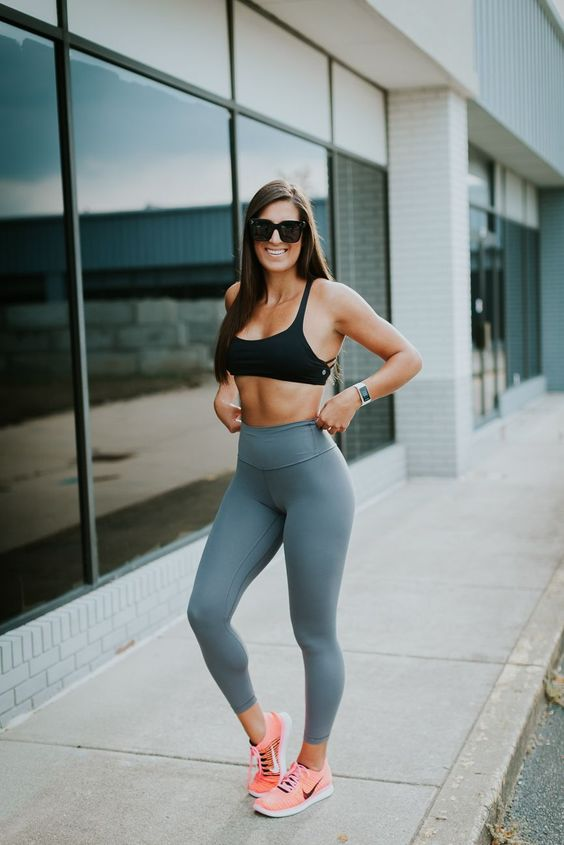 a summer workout look with a black sport bra, grey leggings and pink trainers is a sexy idea