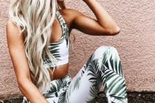 06 a tropical print set with a crop top, leggings and grey trainers for a summery feel in your outfit
