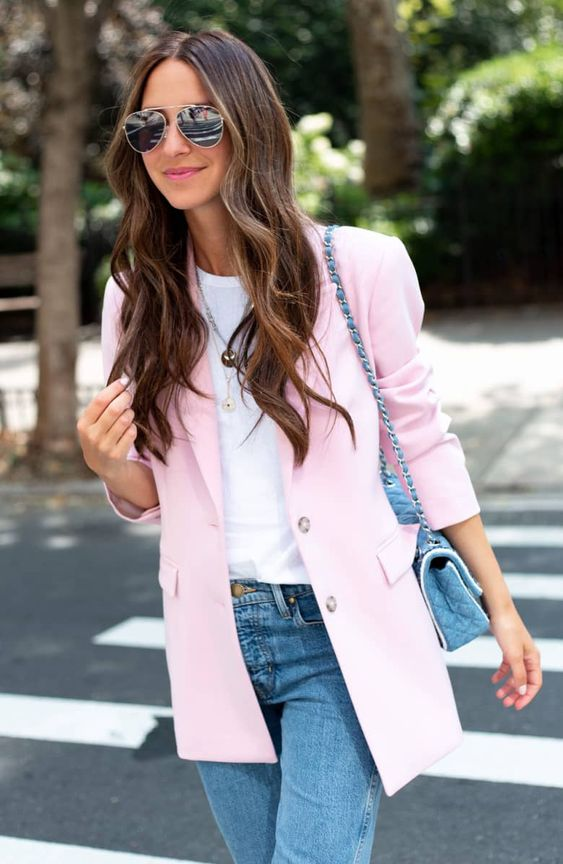 a cozy outfit with blue jeans and a blue bag, a white tee and a light pink oversized blazer for those who love pastels