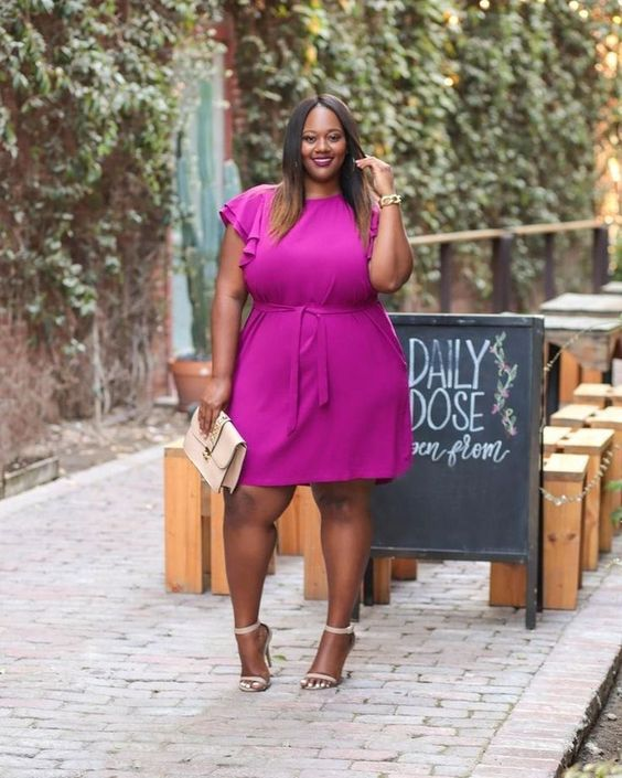 a fuchsia knee dress with ruffled sleeves, creamy shoes and a mathing clutch for  summer work look