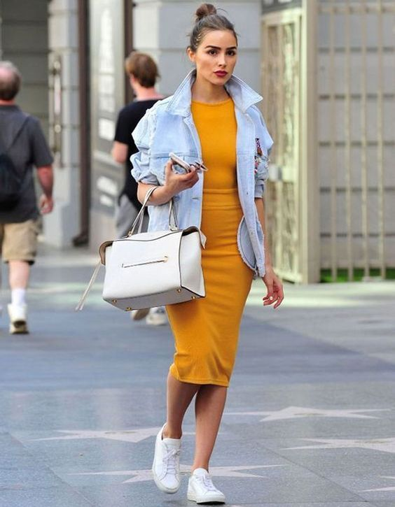 a sunny ellow fitting dress, an oversized denim jacket, white sneakers and a creamy bag