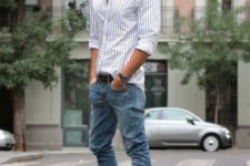 a classic strpied shirt, blue jeans and purple sneakers for a touch of color in the outfit