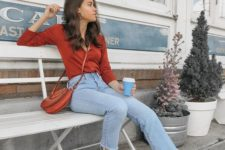 bleached raw hem jeans, a red shirt, a red bag and espadrilles for maximal comfort with a 90s feeling