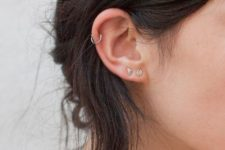 02 a duo of stud earrings in the lap and a hoop in the helix for a cute and minimalist look