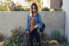 04 a rust-colored tee, black ripped jeans, black sneakers, a blue denim jacket and a black backpack