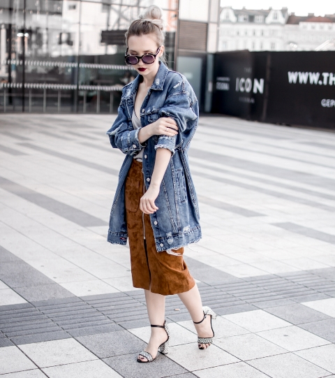 a neutral top, a rust-colored suede midi skirt, embellished shoes and an oversized denim jacket