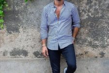 06 navy skinnies, a navy and white striped shirt and light blue trainers for maximal comfort and chic
