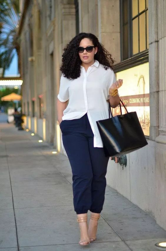 navy cropped pants, nude shoes, a comfortable white shirt and a black tote for summer