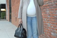 09 a white top, blue jeans, silver shoes, a grye coat and a black bag for a chic fall work outfit