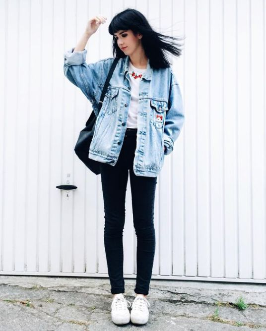navy skinnies, a printed tee, a bleached denim jacket and white sneakers for an effortleslly cool look