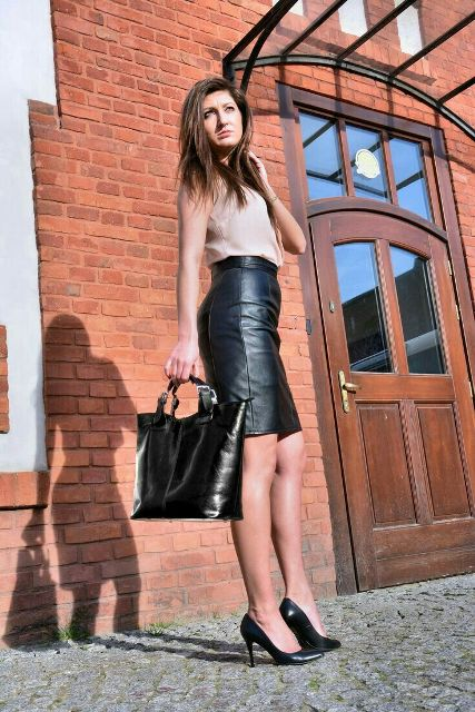 With beige top, black leather tote bag and black pumps