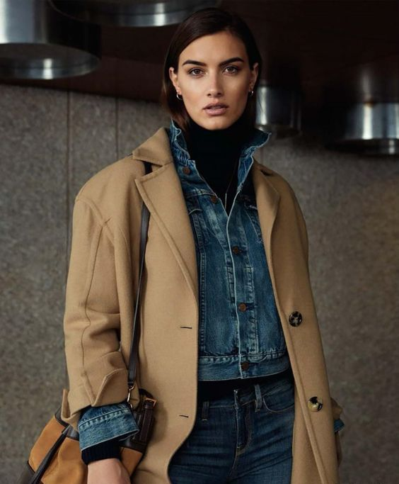 a black turtleneck, blue jeans and a matchign cropped jacket, a camel coat over it and a comfy bag