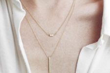 08 a duo of gold necklaces with a horizontal and a vertical bar are a nice idea to highlight your look